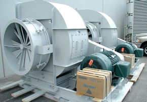 Промышленный вентилятор зафиксирован надеревянном поддоне