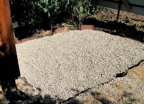 Устройство фильтрующего сооружения в насыпи. Этап 2: засыпка щебеночного основания