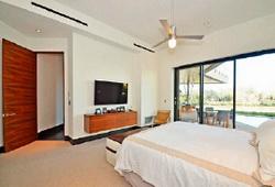 Щелевые диффузоры смонтированы в спальне, в декоративном понижении подшивного потолка
