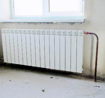 Правильно подобранный иустановленный отопительный прибор эффективно препятствует ниспадающему потоку охлажденного воздуха, возникающему возле оконного остекления, наружных стен ит. п.