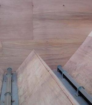 Топливный склад  подвале коттеджа имеет на полу 2 горизонтальных шнека